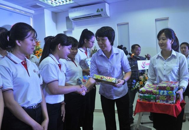 Bà Nguyễn Thị Minh Tuyết – Giám đốc Trung tâm Dịch vụ Việc làm Đồng Tháp, tặng quà lưu niệm cho 40 bạn trẻ chuẩn bị sang Nhật làm việc.