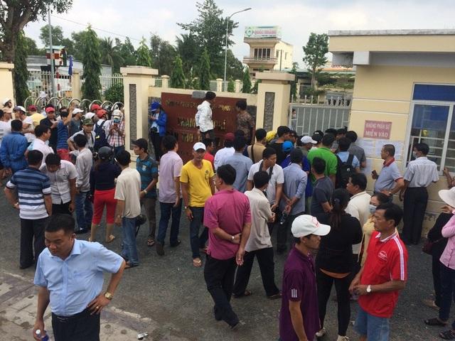Khi Chủ tịch UBND TP Cần Thơ Võ Thành Thống vào làm việc, rất đông người dân tụ tập bên ngoài chờ kết quả.