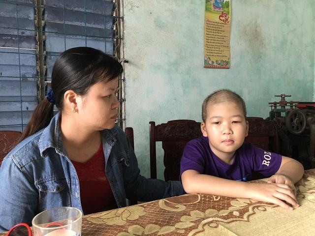 Cháu Phùng Hữu Huy (SN 2010) và mẹ Phạm Thị Miên