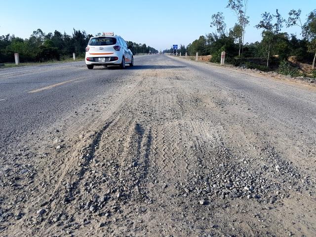Đường hư hỏng nên dễ xảy ra tai nạn, theo người dân đã có tai nạn trên đoạn đường hư hỏng này