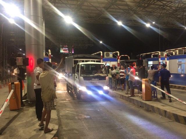 Khoảng 18h40, nhân viên thấy kẹt xe cục bộ chiều TP Cần Thơ về An Giang nên cho xả trạm