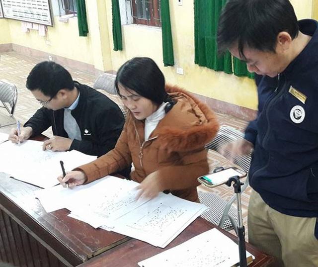 Thầy Nguyễn Văn Thỏa thực hiện chấm thi bằng gậy chụp ảnh cùng smartphone.