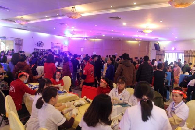 Hàng ngàn bạn trẻ tham gia ngày Chủ nhật đỏ - 1