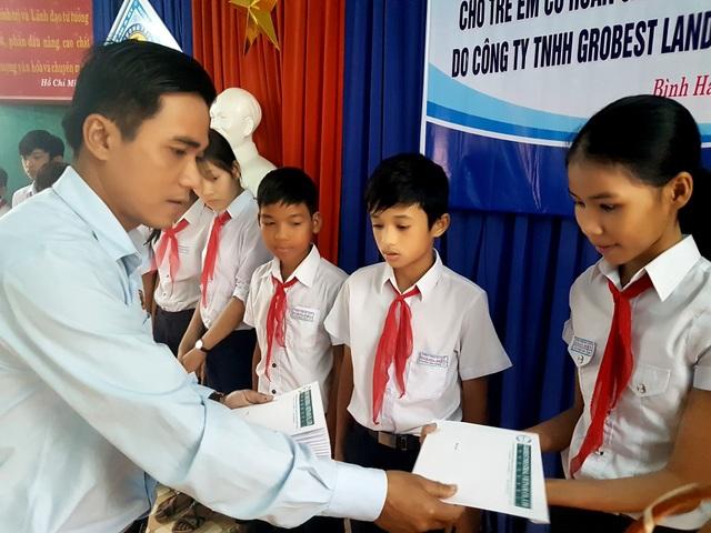 Đại diện Grobest Việt Nam trao học bổng đến với học sinh xã Bình Hải, huyện Thăng Bình