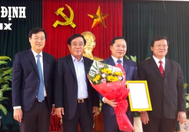 Lãnh đạo Trung ương và tỉnh Bình Định chúc mừng ông Long về nhận nhiệm vụ mới.