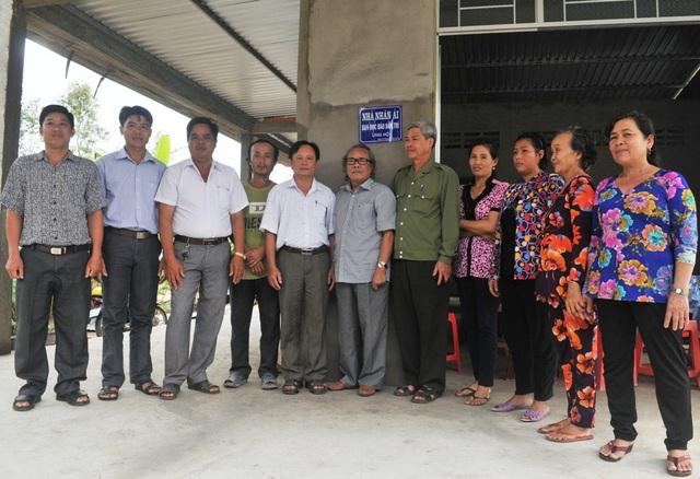 Nhà báo Phan Huy - Trưởng Văn phòng đại diện báo Dân trí khu vực Đồng bằng sông Cửu Long cùng chính quyền địa phương, người dân đến chúc mừng và bàn giao căn nhà Nhân ái cho gia đình anh Cường