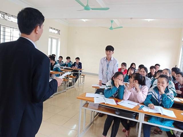 Em Đạt được thầy giáo chủ nhiệm tuyên dương trước cả lớp trong buổi học sáng ngày 20/1.