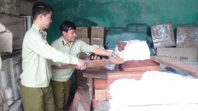 Lực lượng chức năng đang kiểm tra xe tải chở gỗ lậu