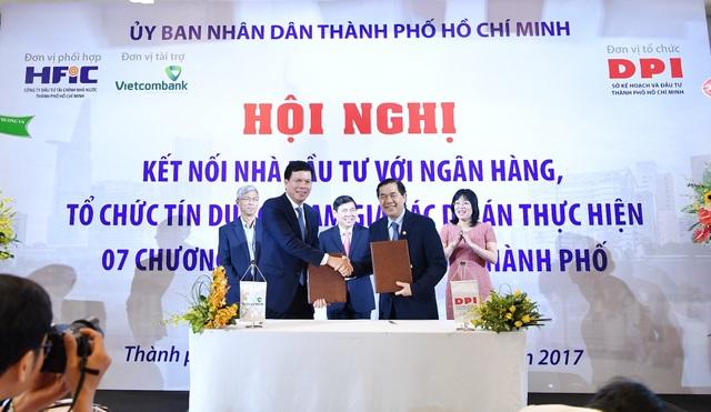 Đại diện Vietcombank, ông Phạm Mạnh Thắng - Phó Tổng Giám đốc (bên trái) ký kết thỏa thuận hợp tác toàn diện với Sở KH & ĐT TP.HCM để hỗ trợ thẩm định chuyên sâu về phương án tài chính đối với các dự án đầu tư theo hình thức PPP