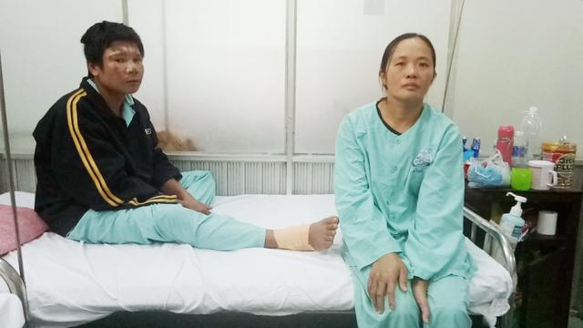 Khuôn mặt thẫn thờ ứa nước mắt của 2 vợ chồng anh Hùng chị Hạnh khi trò chuyện với PV