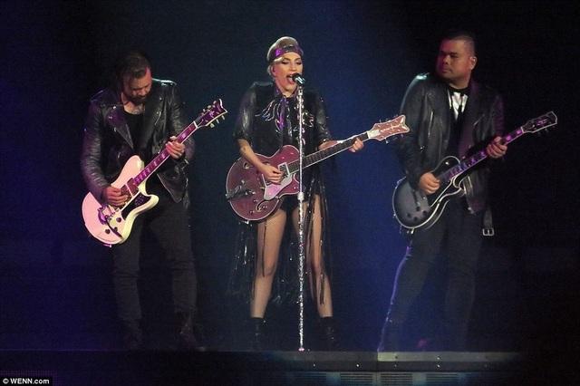 Lady Gaga thay hàng chục bộ đồ trong buổi diễn - 11
