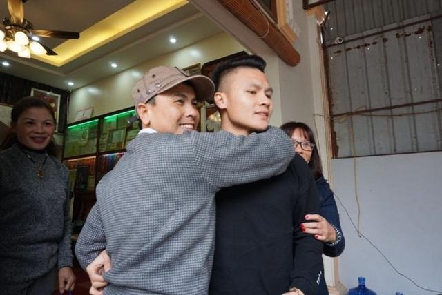 Ông Nguyễn Quang Thuấn, ôm chầm lấy con trong xúc động