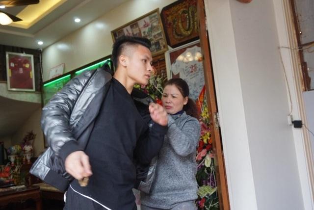 Bà Dương Thị Cúc xúc động khi Quang Hải trở về thăm gia đình