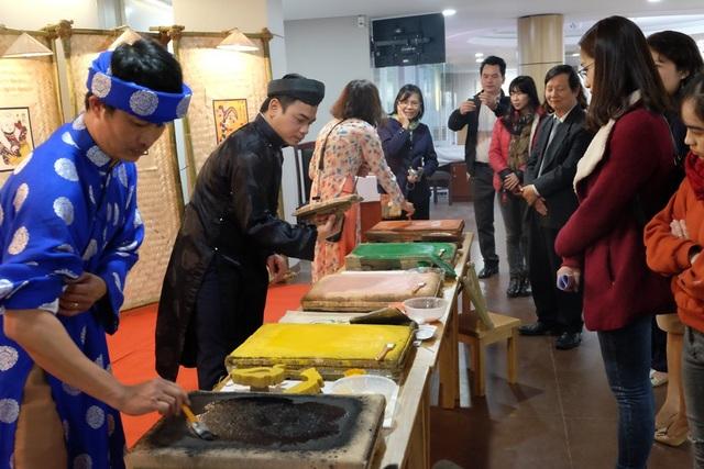 Nhiều người dân và du khách náo nức xem trình diễn kỹ thuật in tranh Đông Hồ ở Đà Nẵng