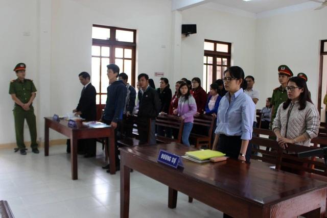 8 nguyên đơn có mặt đầy đủ nhưng đại diện pháp luật của phòng GD&ĐT huyện Tây Hòa vắng mặt.