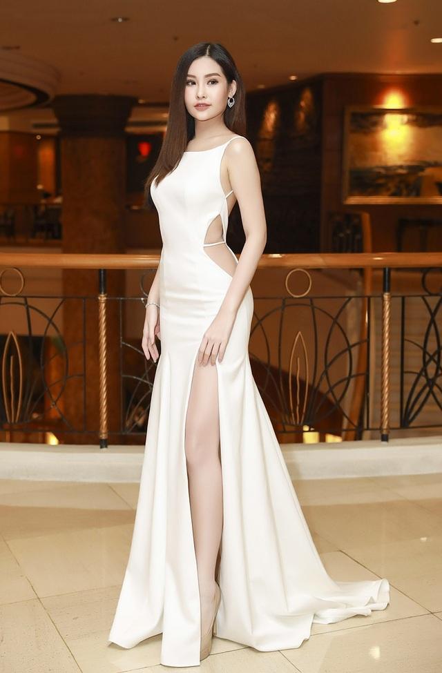 Chiếc váy với tông trắng, nền vải bóng, thân váy cắt xẻ phần tà, mang đến người đẹp sinh năm 1995 vẻ ngoài nổi bật, hút ánh nhìn.