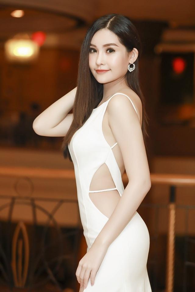 Người đẹp dần tìm kiếm gu thời trang phù hợp. Cô ưu tiên những bộ cánh sáng màu, thanh lịch, nhấn nhá gợi cảm để vừa phù hợp với độ tuổi.