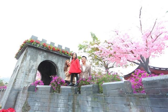 Những bồn trạng nguyên, những chậu hoa giấy được bài trí dọc theo Vạn Lý Trường Thành - biểu tượng của Trung Hoa.