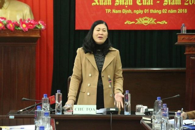 Bà Phạm Thị Oanh, Phó Chủ tịch UBND thành phố Nam Định, Trưởng BTC lễ hội đền Trần trả lời câu hỏi của PV báo điện tử Dân trí