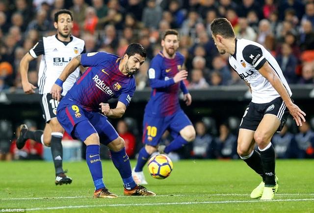 Luis Suarez đang là điểm tựa trên hàng công của Barcelona