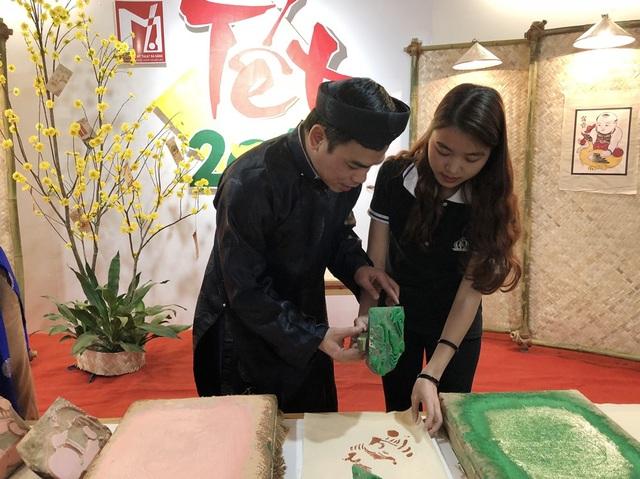 Hướng dẫn các bạn trẻ kỹ thuật in tranh truyền thống của dân tộc