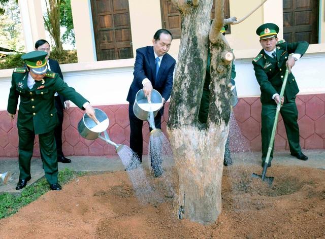 Chủ tịch nước trồng cây lưu niệm tại Đồn biên phòng Cửa khẩu Quốc tế Lệ Thanh