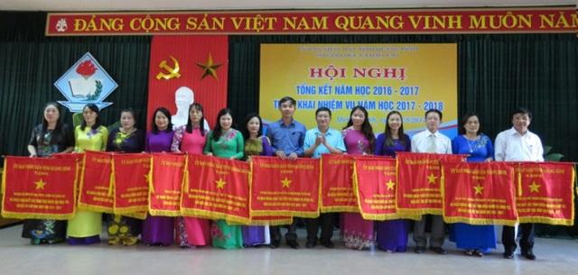 Lãnh đạo tỉnh Quảng Bình tuyên dương các giáo viên đạt thành tích cao trong năm học 2016-2017