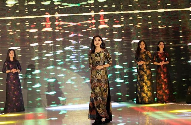 Trong buổi ra mắt, 30 thí sinh Duyên dáng Bolero xuất hiện với nhan sắc ấn tượng và biểu diễn catwalk trong trang phục áo dài.