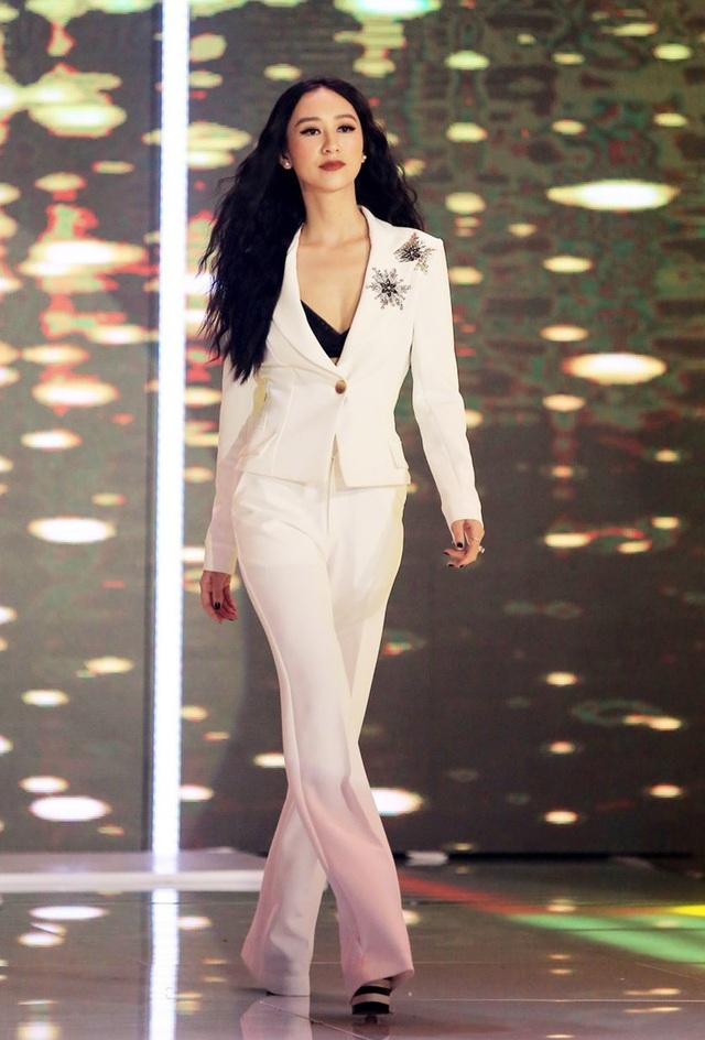 Đảm nhận vai trò host của chương trình là Á hậu Hà Thu, 1 trong 57 Hoa hậu đẹp nhất thế giới (theo bình chọn của chuyên trang sắc đẹp Missology), đồng thời là Quán quân của chương trình Tình Bolero phiên bản nghệ sĩ 2017.