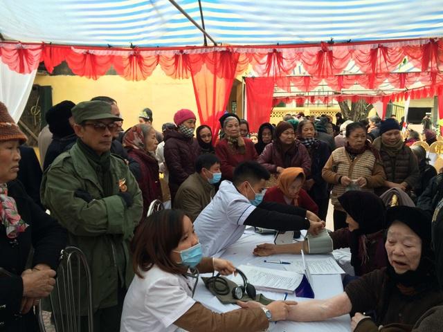 Gần 500 người cao tuổi, gia đình chính sách thuộc xã Chàng Sơn đã được tư vấn, khám bệnh miễn phí và tặng quà trong chương trình