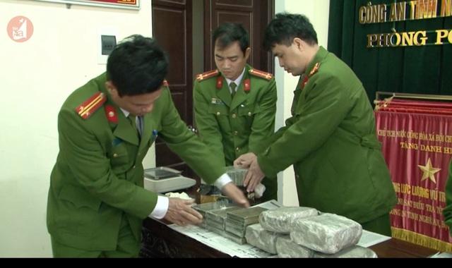 Bắt 2 đối tượng mang 20 bánh heroin, 5kg ma túy đá từ Lào về Việt Nam - 1