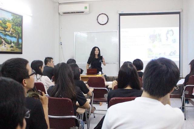Lình huấn luyện kĩ năng cho các tình nguyện viên của tổ chức phi lợi nhuận Volunteer House Vietnam (VHV) do cô sáng lập và điều hành.