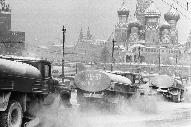 Tuyết thường rơi nhiều ở thủ đô Moscow từ cuối tháng 1. Lượng tuyết rơi kỷ lục trong khoảng thời gian này được ghi nhận vào năm 1966. Khi đó, tuyết rơi dày tới 56 cm. Trong ảnh: Xe dọn tuyết đồng loạt hoạt động ở trung tâm Moscow năm 1976.