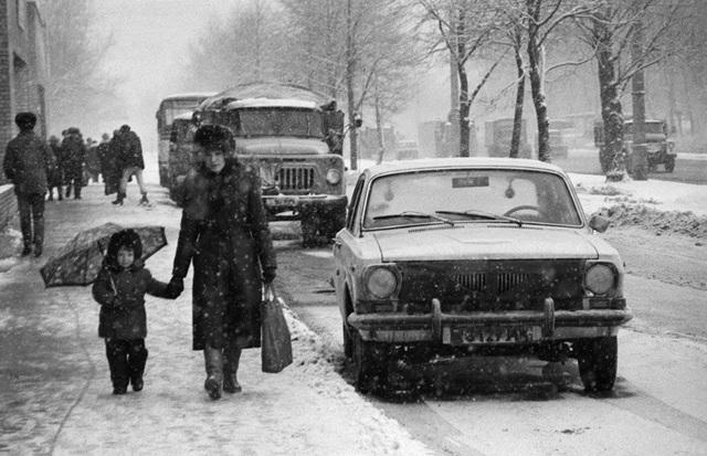 Tuyết không chỉ phủ trắng các phương tiện trên đường phố mà còn ảnh hưởng tới cuộc sống của những người dân Nga. Trong ảnh: Đường phố Moscow phủ đầy tuyết vào năm 1988.