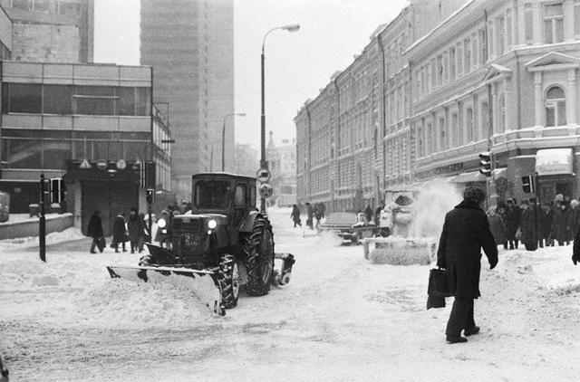 Xe dọn tuyết trên đường phố Arbat năm 1987. Tuyết phủ trắng các tòa nhà ở khu vực này.