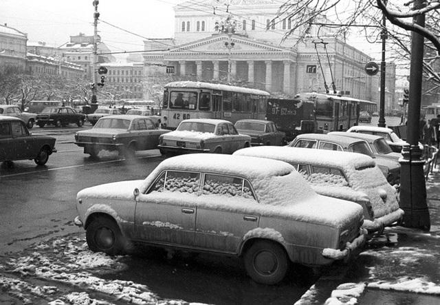 Tuyết đóng thành từng lớp trên xe ô tô đậu bên ngoài nhà hát Bolshoi ở Moscow năm 1974.