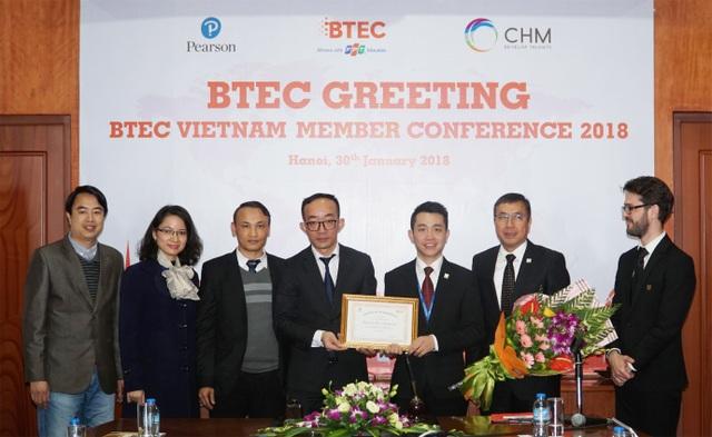Ông Lê Tuấn Dũng - Chủ tịch Tổ chức giáo dục BTEC Việt Nam trao bằng chứng nhận thành viên cho ông Vũ Tất Đạt - Tổng Giám đốc trường Quốc tế CHM.