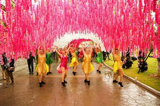 Con đường hoa tử đằng cũng là địa điểm đốn tim du khách. Những chùm hoa mang sắc tím, sắc hồng hòa vào nhau, buông rủ, tạo nên một bầu trời hoa vô cùng lãng mạn.