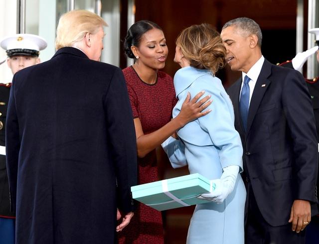 Bà Melania tặng món quà cho bà Michelle. (Ảnh: Getty)