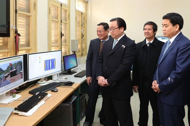 Bí thư Hà Nội Hoàng Trung Hải thăm phòng nghiên cứu của ĐH QGHN
