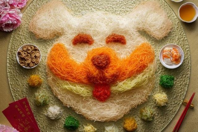 """Món gỏi cá """"yusheng"""" chào đón năm mới của một nhà hàng ẩm thực Singapore có giá """"bình dân"""" hơn - 128 SGD, tương đương hơn 2 triệu đồng."""
