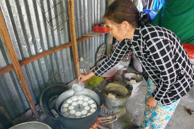 Dù tuổi cao, trong người mang nhiều chứng bệnh, bà Phi vẫn cố gắng làm bánh đi bán, kiếm tiền cho cháu Hoài Bão học hành