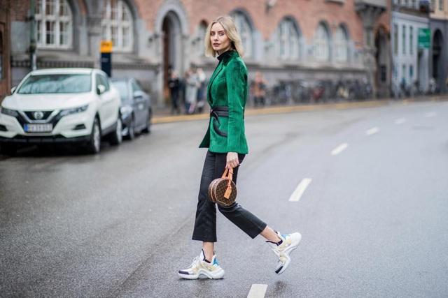 """""""Fashionista"""" người Đức - Lisa Hahnbueck - đi một đôi giày thể thao to sụ tới dự một buổi trình diễn thời trang trong khuôn khổ Tuần lễ Thời trang New York (Mỹ)."""