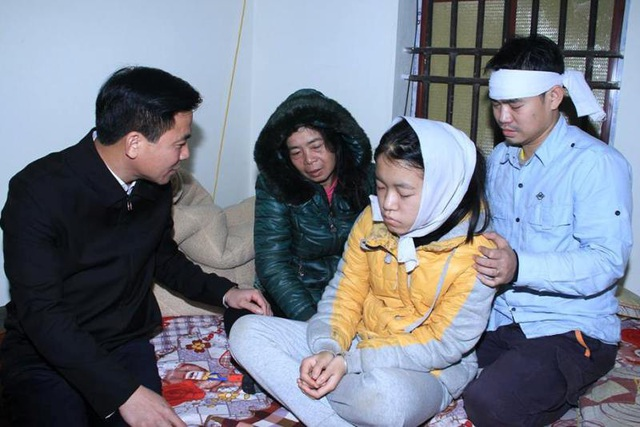 Ông Đỗ Trọng Hưng, Phó Bí thư thường trực Tỉnh ủy Thanh Hóa đến thăm hỏi, động viên gia đình em Hải.