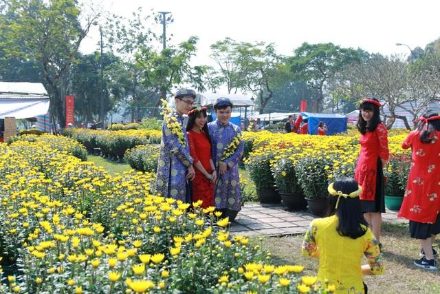 Những chàng trai xứ Huế trong tà áo dài, khăn đóng chụp ảnh đón Tết