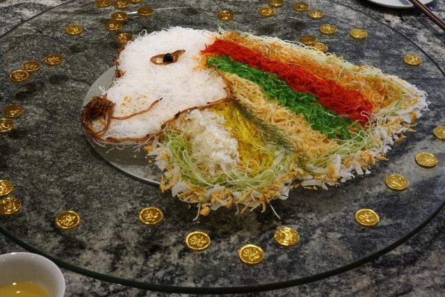 """Gỏi cá hồi """"yusheng"""" có giá 88 SGD, tương đương 1,5 triệu đồng."""
