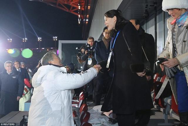 Cú bắt tay lịch sử giữa Tổng thống Hàn Quốc Moon Jae-in và cô Kim Yo-jong (Ảnh: Reuters)