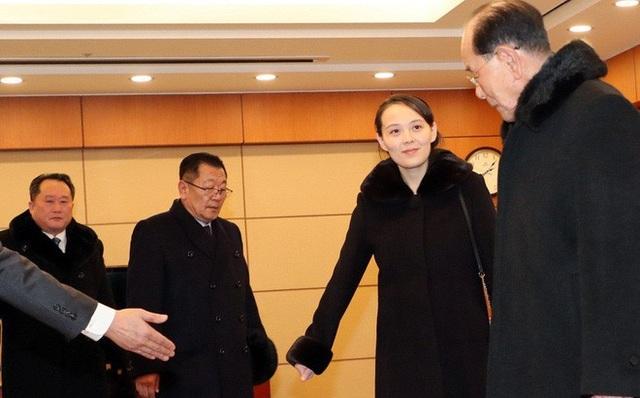 Cô Kim Yo-jong lịch sự đáp lễ khi được Chủ tịch Quốc hội Triều Tiên Kim Yong-nam mời ngồi trước tiên. (Ảnh: KCNA)