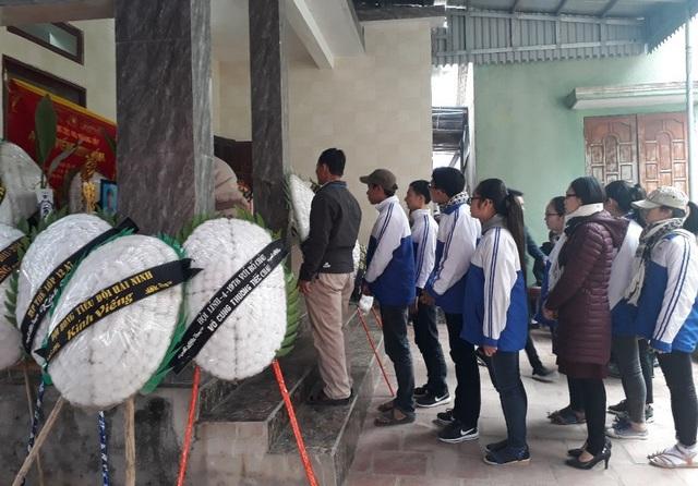 Sáng ngày 10/2, nhiều học sinh đến viếng em Hoàng Đức Hải