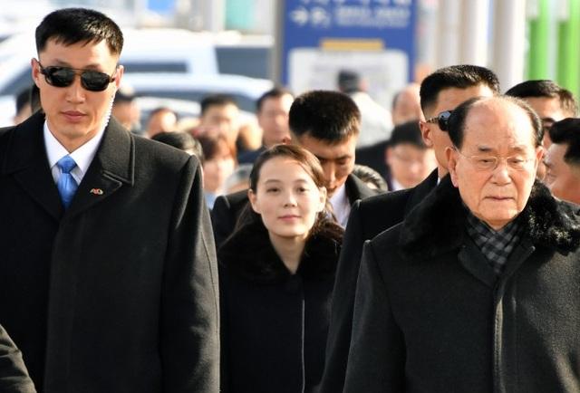 Em gái ông Kim Jong-un được bảo vệ nghiêm ngặt khi đáp xuống sân bay Hàn Quốc. (ẢNh: Korea Times)